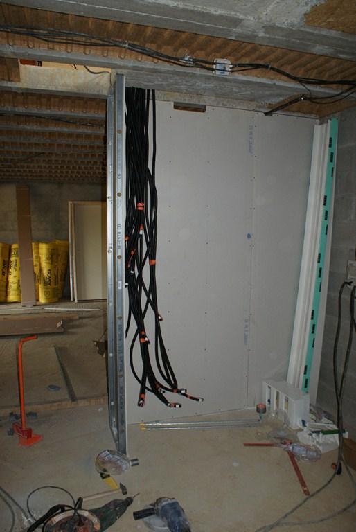 première cloison au sous sol qui recevra le compteur elec