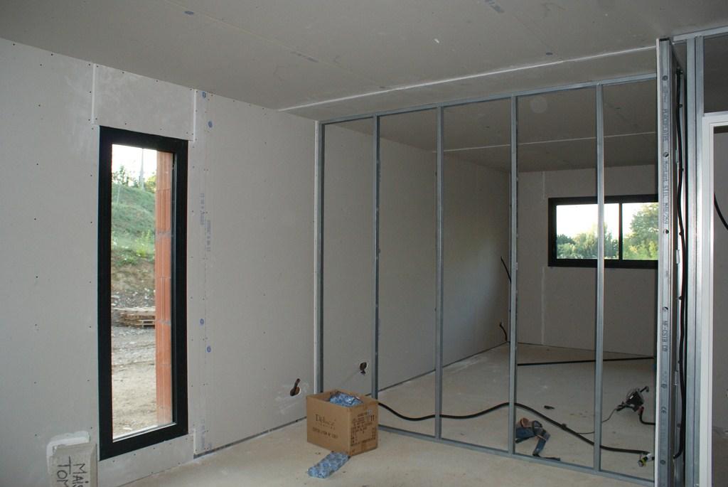 les murs périphérique finis...vue du bureau et de la chambre (au fond)