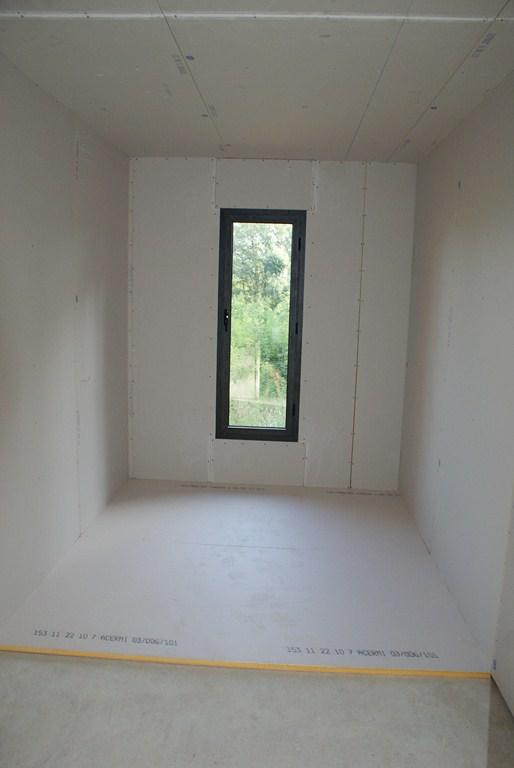 Le dressing avec le polyuréthane au sol prêt à recevoir les tuyaux du plancher chauffant